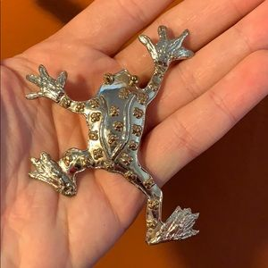 Jewelry - Vintage frog brooch